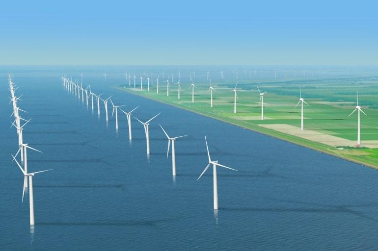 Holandia zawsze znana była jako kraj wiatraków. Wraz z rewolucją przemysłową krajobraz uległ przemianie, ale wraca do swoich korzeniu dzięki ogromnej popularności OZE w tym kraju. Holandia przyjęła bardzo ambitny plan rozwoju energetyki odnawialnej, zwłaszcza wiatrowej – tak off- jak i on-shore. Holendrzy konsekwentnie realizują te plany, co sprawiło, że w minionym roku w kraju tym zainstalowano 822 MW nowych mocy wiatrowych. Jak informuje Nederlandse WindEnergie Associatie (NWEA, Holenderskie Stowarzyszenie Branży wiatrowej) w roku 2016 zainstalowano w Holandii 229 turbiny wiatrowe. Jak szacuje NWEA ilość energii produkowana przez te instalacje wystarczy dla około 450 tysięcy osób. Znaczna część z tych mocy to instalacje morskie. Całkowita moc wiatraków off-shore w Holandii wynosi niemalże 960 MW, z czego dwie trzecie to turbiny uruchomione w zeszłym roku. Tak duży wzrost tego sektora to wynik uruchomienia części farmy wiatrowej Gemini. Docelowo instalacja ta ma mieć moc 600 MW. Farma uruchomiona ta ma być uruchomiona w pełni w bieżącym roku. Nie jest to oczywiście pierwsza tego rodzaju instalacja w tym kraju. Holandia jest jednym z krajów w których pojawiły się pierwsze turbiny off-shore, takie jak na przykład farmy Egmond aan Zee czy Prinses Amalia, które uruchomiono już niemalże dziesięć lat temu. Łączna moc tych dwóch projektów wynosi 228 MW. Lądowe instalacje wiatrowe nie pozostają w tyle. Łączna moc lądowych farm wiatrowych w Holandii wynosi 4,247 GW, z czego w zeszłym roku zainstalowano 222 MW. Nie jest to imponująca moc, zważywszy że w 2015 roku zainstalowano w tym niewielkim kraju ponad 400 MW nowych mocy wiatrowych on-shore. Cele jakie wyznaczył sobie rząd w Holandii są ambitne. Do 2020 roku potencjał farm na lądzie ma wynieść 6 GW, a farm off-shore do 2023 4,45 GW. Jak szacuje NWEA, oznacza to, że corocznie instalowanych musi być około 700 MW mocy na lądzie i 500 MW nowych mocy na morzu. Tak duża moc generowana z tego OZE przełoży się na udział źródeł od