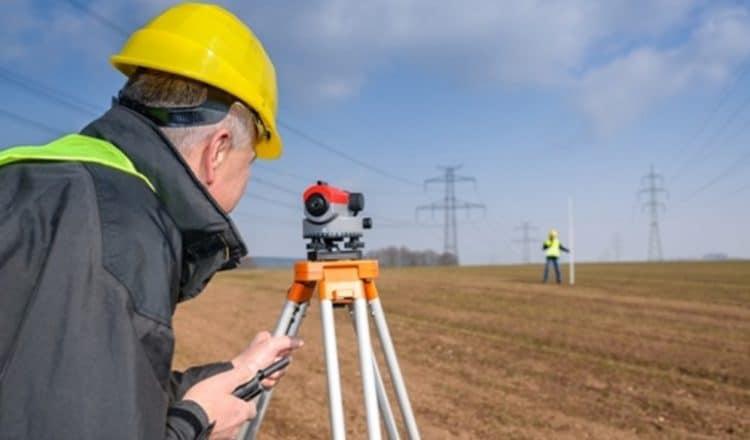 Tyczenie granic działki to zadanie dla geodety