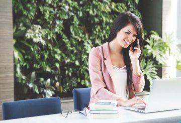 Kobieta przy biurku w pracy