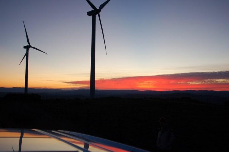 """W starostwach powiatowych na terenie województwa Wielkopolskiego toczy się obecnie niemalże 150 postępować w sprawie wydania pozwolenia na budowę elektrowni wiatrowych. Są to postępowania rozpoczęte na wniosek złożony przed 15 lipca bieżącego roku, tj. przed wejściem w życie ustawy o inwestycjach w zakresie elektrowni wiatrowych często zwaną """"ustawą antywiatrakową"""". Nowa ustawa, uchwalona 20 maja, wprowadziła definicję m.in. elektrowni wiatrowej i ustaliła parametry dotyczące miejsca, gdzie może ona być zbudowana. Głównie chodzi o minimalną odległość od zabudowań mieszkalnych i terenów przyrodniczych. Odległość ta równa jest dziesięciokrotności wysokości wiatraka, wraz z wirnikiem. Ustawa zmieniła też tryb wydawania pozwoleń na budowę tych elektrowni. Dotychczas zajmowały się tym starostwa powiatowe, a teraz kompetencje ten przejął wojewoda. Jak informuje Tomasz Stube, rzecznik wojewody wielkopolskiego, aktualnie na terenie województwa toczy się 150 postępowań w sprawie wydania pozwoleń na budowę 358 elektrowni wiatrowych w 30 miastach i powiatach. """"Większość postępować prowadzonych jest na podstawie przepisów planów miejscowych. Są to sprawy, które zostały wszczęte przed wejściem w życie ustawy"""" komentuje Stube. Jak informuje Tomasz Małyszka, zastępca dyrektora Wydziału Infrastruktury i Rolnictwa w Wielkopolskim Urzędzie Wojewódzkim w Poznaniu, """"w 99 przypadkach postępowanie zawieszono"""". Małyszka podaje szereg powodów, dla których tak się stało"""" niekompletne wnioski, brak dokumentacji etc. Do wojewody wpłynęły dotychczasowo jedynie dwa wnioski, które rozpatrywane są w nowym trybie. Jak podkreśla Stube, nie można na tej podstawie wyrokować o tym jak nowa ustawa wpłynie na liczbę wniosków o pozwolenie na budowę elektrowni wiatrowych."""