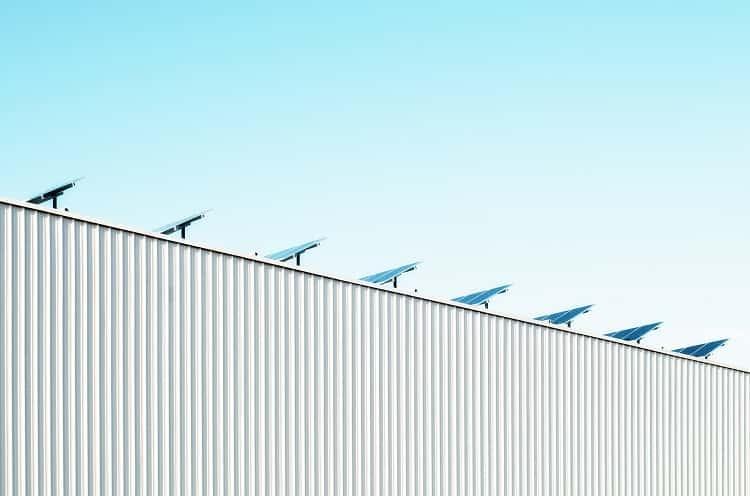 instalacje fotowoltaiczne na dachu sklepu