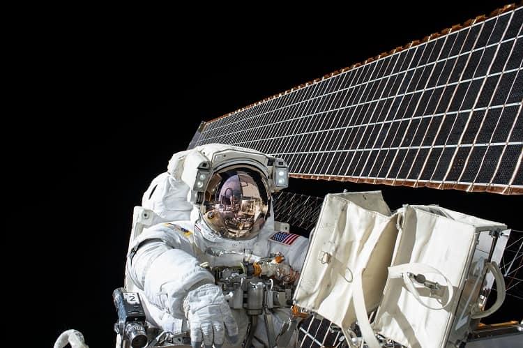 kosmiczny harpun odpady w przestrzeni kosmicznej